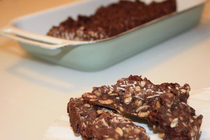 Turrón de chocolate con nueces y almendras (3)