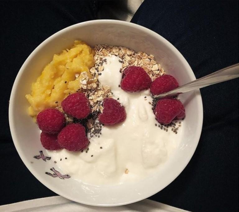 Bowl yogur frambuesas y avena.jpg